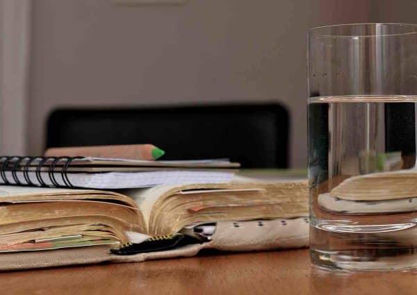 comment fonctionne un dossier de surendettement. Dossier, paperasse et verre d'eau.