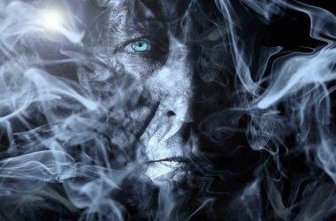 Le crédit c'est quoi. Le visage de la peur. Un visage étrange dans la fumée.