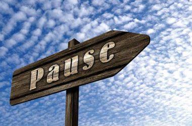 """Pourquoi procrastiner ? Un panneau indicateur avec inscrit """" pause"""". Une incitation à la procrastination."""