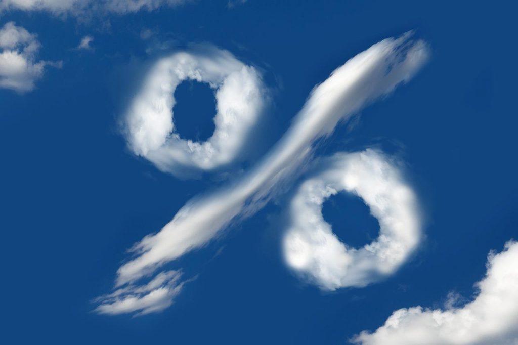 Rachat de crédit, un pourcentage en nuage gris dans le ciel bleue.
