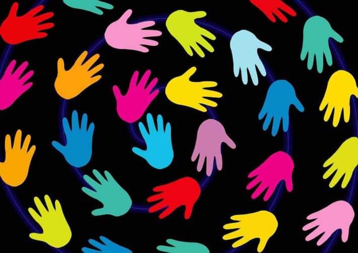 surendettement comment se faire aider. Des mains multicolores.