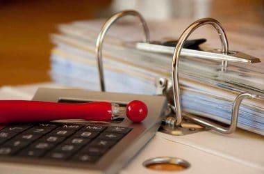 Comment monter un dossier de surendettement/ Calculatrice et dossier.
