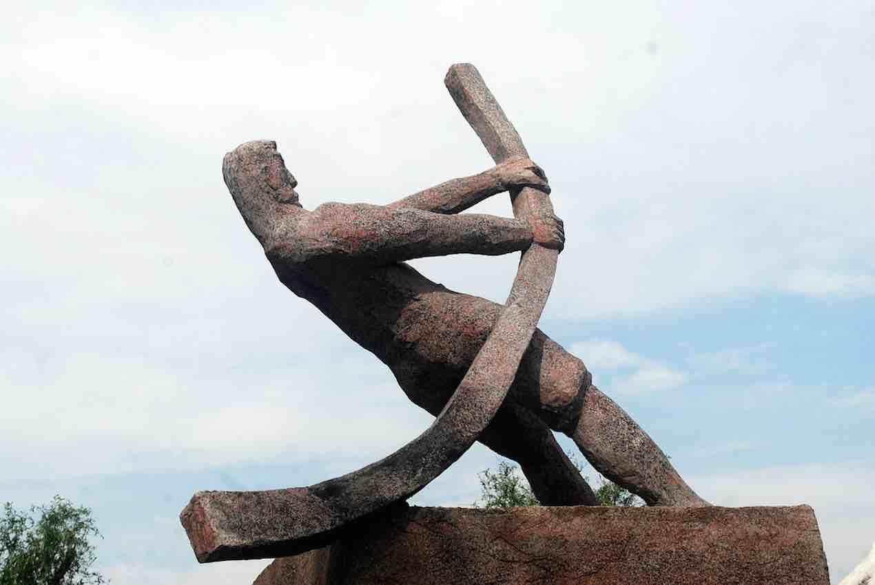 Statue d'un homme pliant une barre. Crédit, prêt et investissement, l'effet de levier.