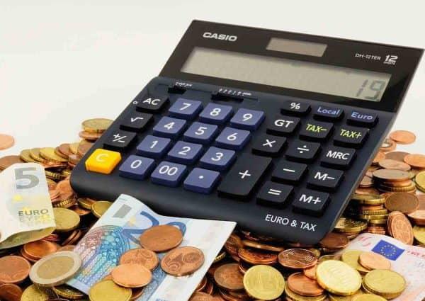 Faire un budget facile. Calculette, monnaie et billets de banque