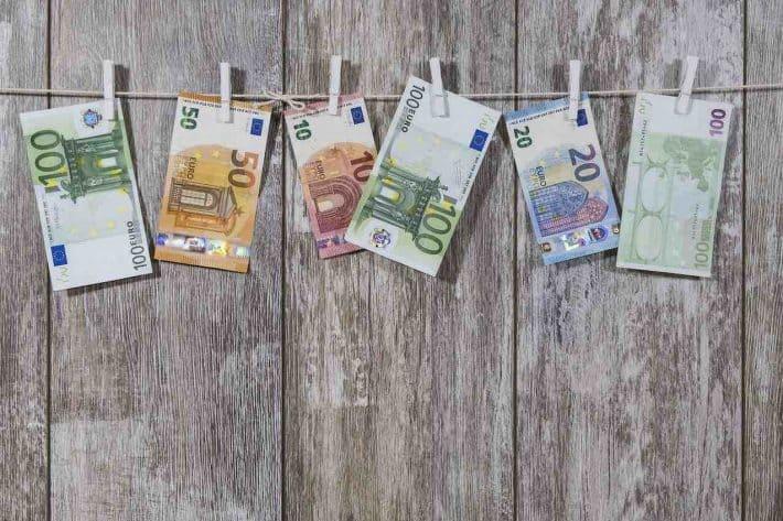 C'est quoi l'argent ? Des billets sur une corde à linge.