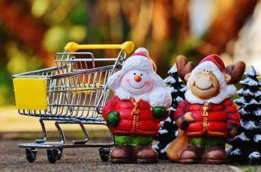 Gagner de l'argent en offrant des cadeaux. Des père Noël et un caddie.