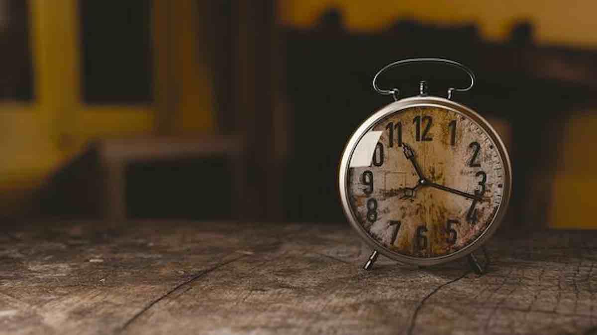 Bien épargner. Un reveil pour jouer la montre.