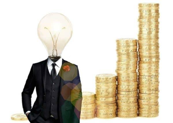 Constituer une épargne. Homme intelligent et piles de pièces de monnaie.