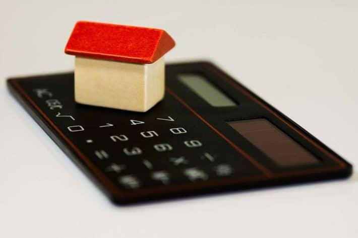 Type de crédit. Une maquette de maison sur une calculatrice.