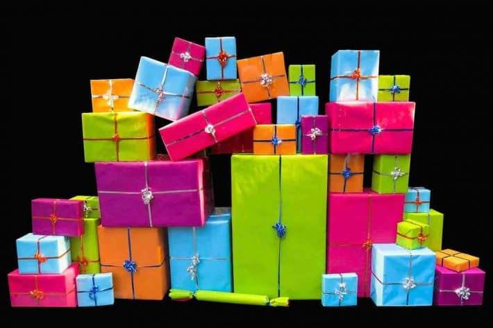 Comment vendre ses cadeaux de Noël. Un tas de cadeaux de noël.