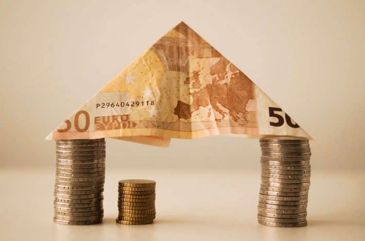Solder un crédit. Maquette de maison en billets de banque.