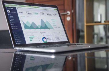 1,2,3… Richesse le blog pour gagner de l'argent. Un ordinateur portable et des statistiques.