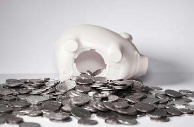 Économiser son argent. Tirelire ouverte remplit d'argent.