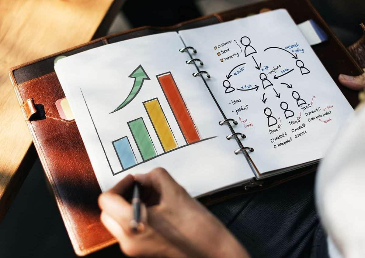 Réussir grâce à son plan d'actions. Un carnet où l'on écrit son plan d'actions.