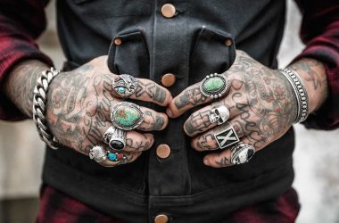 Argent et style de vie, que choisir ? Cuir, tatouage, bague en argent, le style badass - capitaliste.