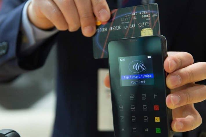 Économiser avec une banque sans frais. Calculette et carte bleue sans contact.