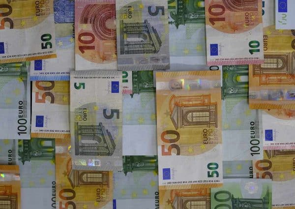 Trouver de l'argent. Une mosaïque de billets.