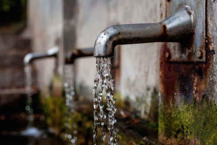 Comment réduire sa facture eau et faire des économies ? Un robinet qui coule.