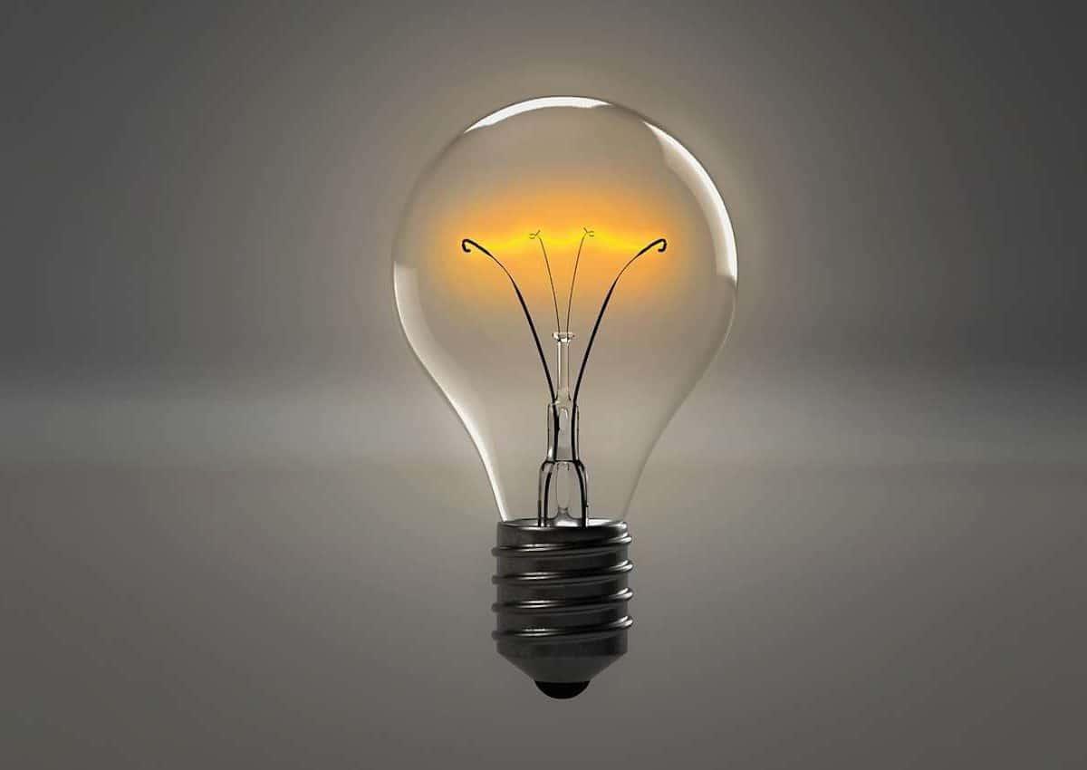Économiser l'électricité et gagner de l'argent. Une ampoule éclairée.