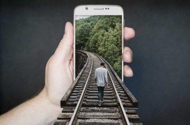 Comment baisser sa facture de téléphone. Un smartphone avec une voie de chemin de fer.