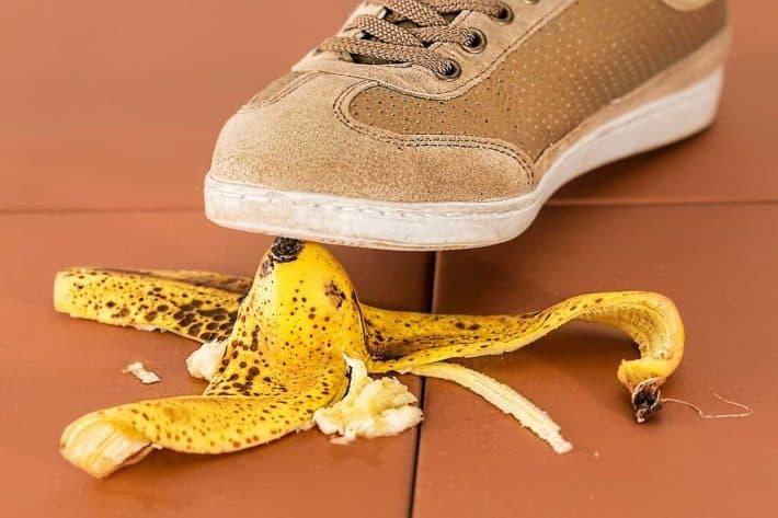 Économiser sur ses contrats d'assurances. Marcher sur une peau de banane.