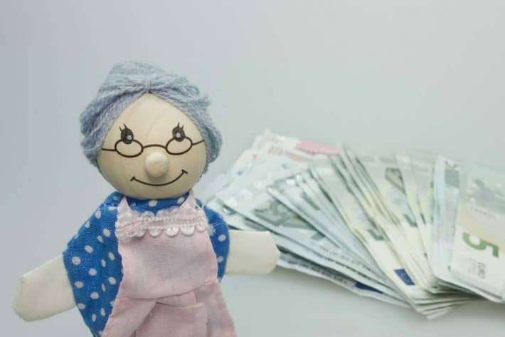 Gagner plus d'argent ou dépenser moins. Billets de banque et poupée de grand mère.