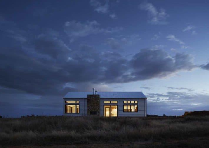 Faire baisser son loyer. One maison dans une lande alors que la nuit tombe.