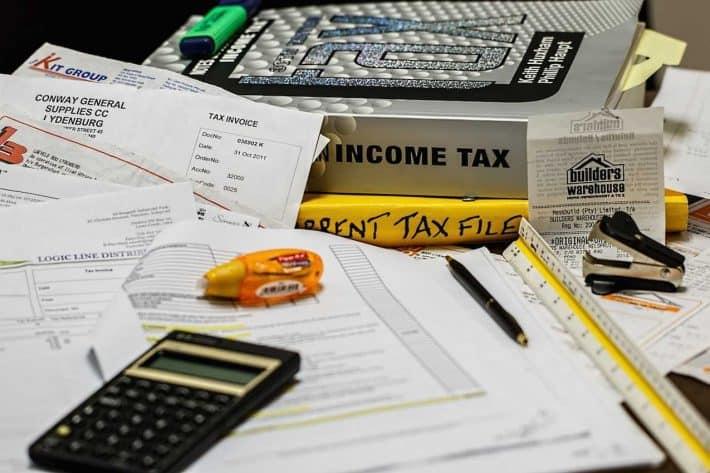 Quels papiers pour faire ses comptes ? De la paperasse avec une calculatrice dessus.