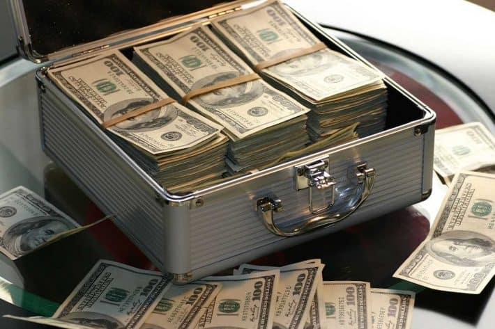 Une banque comment ça marche ? Une caisse remplie de billets de banque.