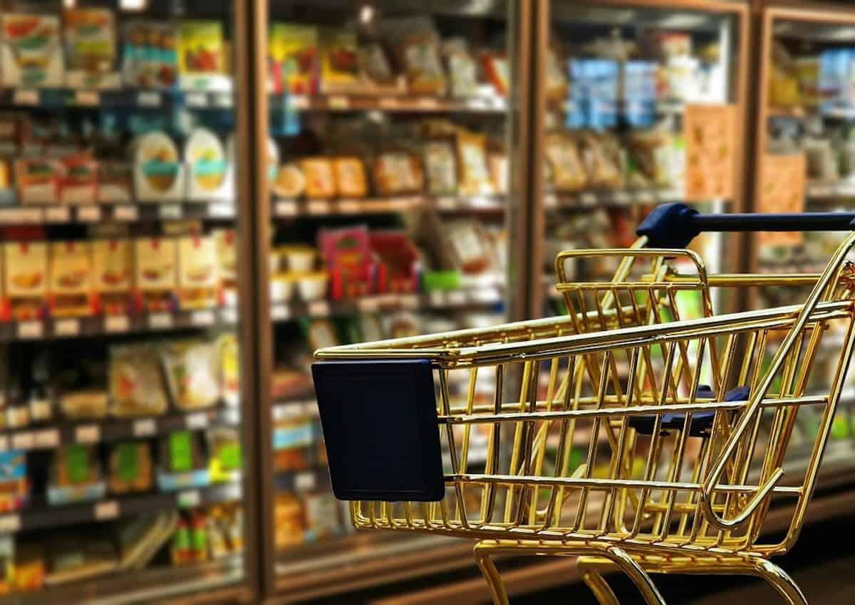 Économiser sur les dépenses courantes. Un chariot de supermarché.