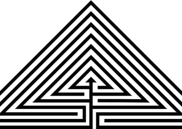 Pyramide de Maslow et indépendance financière. Un labyrinthe dans une pyramide.