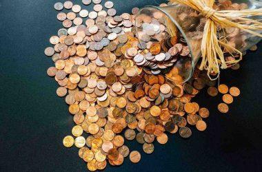 Que faire de ses économies. Des pièces de monnaie déversées d'un pot.