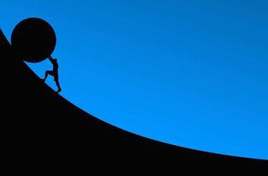 Situation financière difficile remonter la pente. Un homme poussant un enorme boulet de pierre sur une pente.