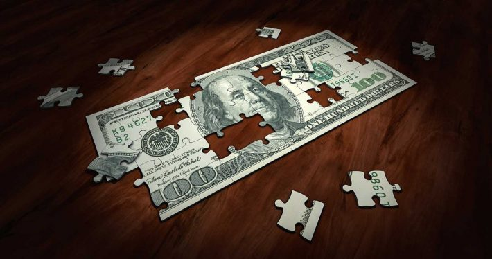 5 conseils très simples pour devenir riche. Un billet de banque en puzzle.