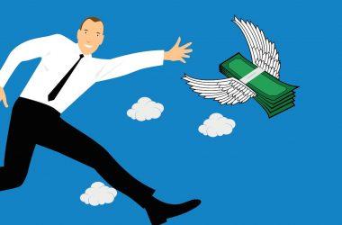 Moins dépenser que ce que l'on gagne. Un homme courant après de l'argent munie d'ailes.