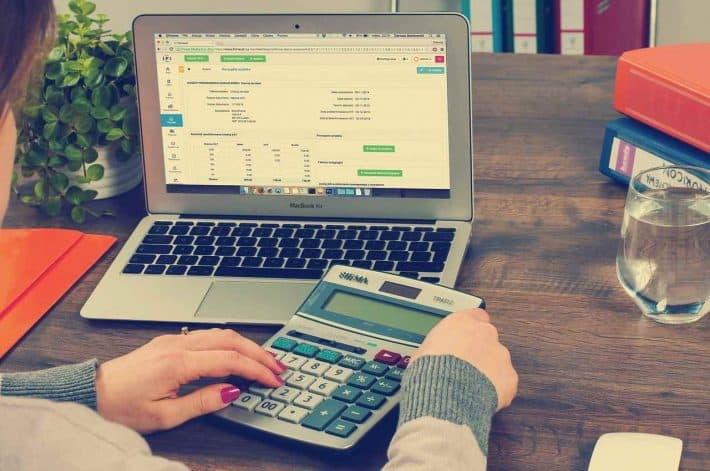 Pour devenir riche contrôle tes finances. Ordinateur portable et calculette.