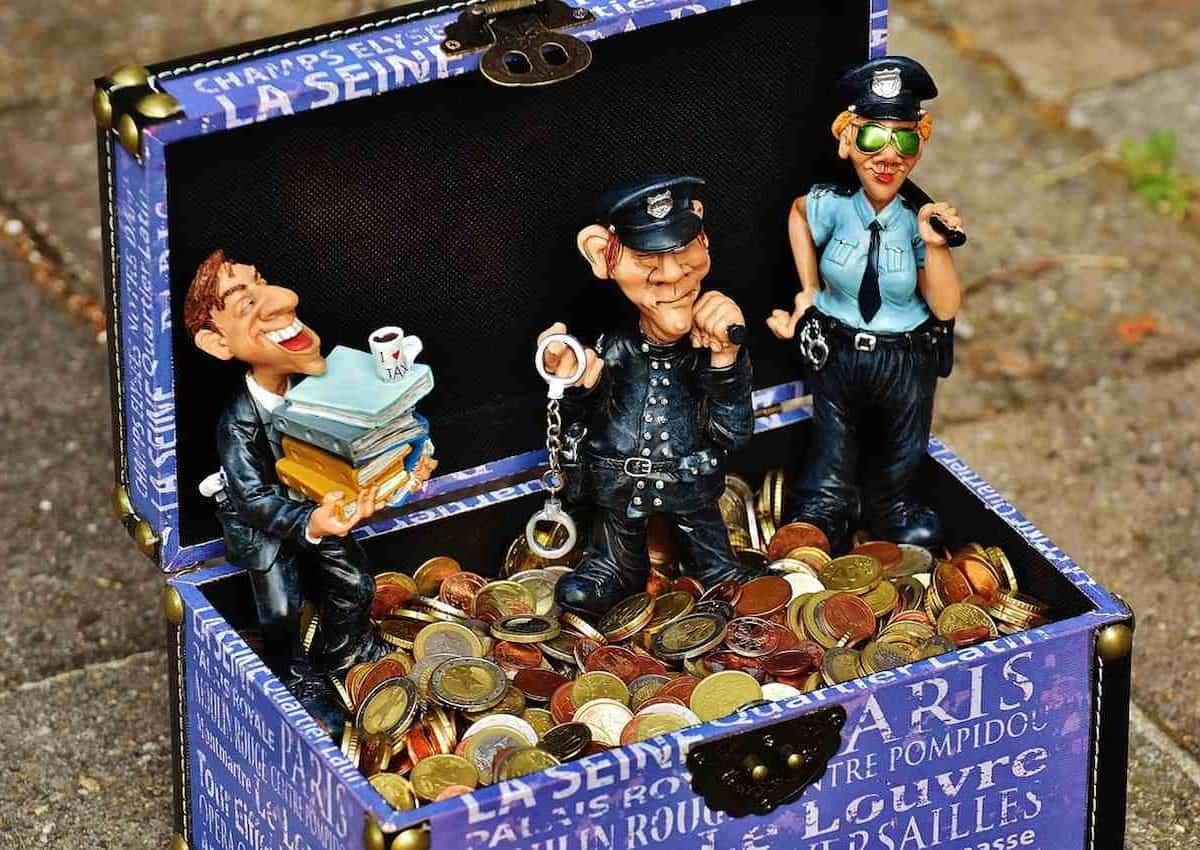Le prélèvement à la source des impôts. Un coffre, un contribuable et des agents de police.