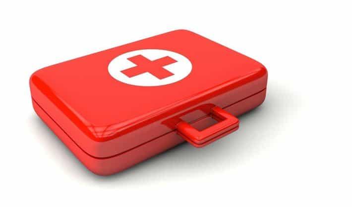 Se créer un fonds d'urgence. Une mallette de la croix rouge.