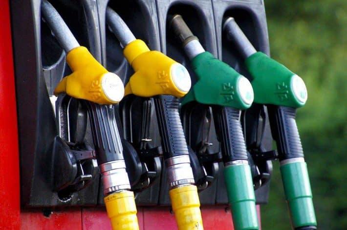 Économiser sur le prix du carburant, c'est rentable ? Des pistolets de pompes à essence.
