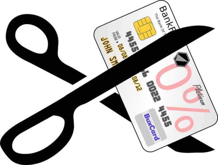 Carte de crédit. À éviter. Une paire e ciseau coupant une carte de crédit.