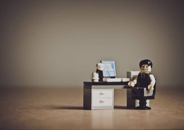 L'importance du travail. Quel travail faire ? Un personnage lego anxieux devant un bureau.
