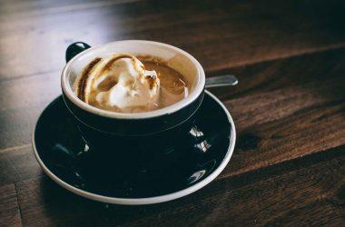 gagner de l'argent et devenir riche grâce au Latte Factor. Un cafè avec de la crème chantilly