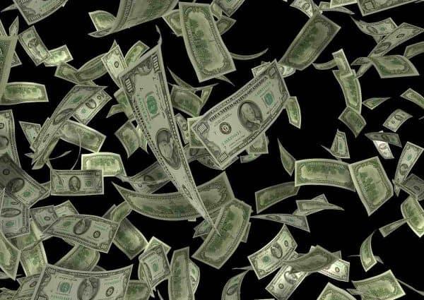 Que faire pour gagner plus d'argent. Une pluie de billets de banque.