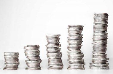 Gagner beaucoup d'argent. Des piles de pièces de monnaie.