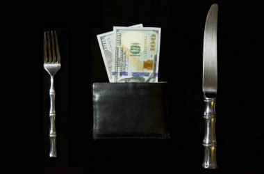 Riche ou pauvre. Portefeuille remplit de billets de banque et couvert en argent.