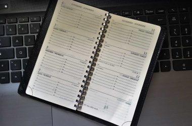 Un agenda ou planning papier.
