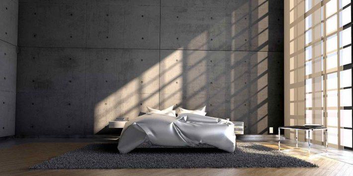 L'importance de l'argent/ Un grand lit dans une pièce éclairée par la lumière du soleil.