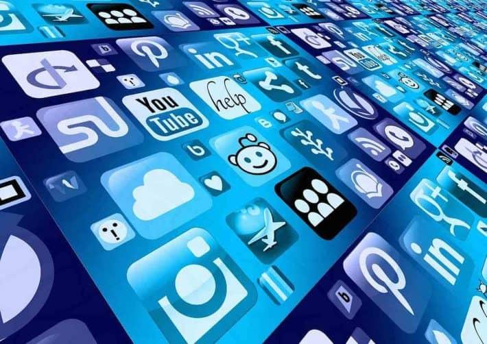 Gagner sur le net. Icônes de media sociaux et applications internet.