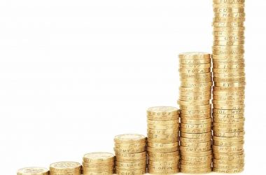 Comment passer de pauvre à riche riche ? Des piles de pièces de monnaie de plus en plus grandes.