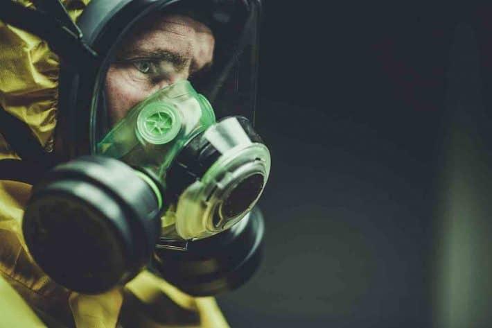 Intermittent / coronavirus/ covid19. Un homme portant un masque à gaz.